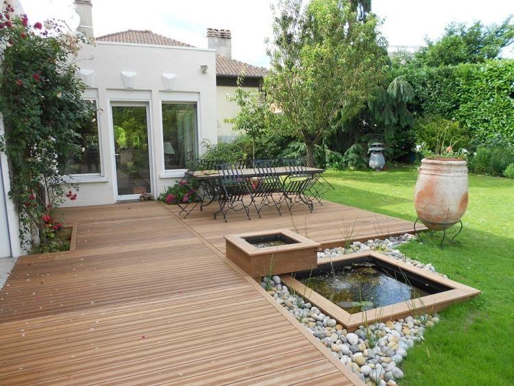 Garten gestalten mit holz  Holzterrasse mit Essbereich und kleiner Teich von Steinen umgeben ...