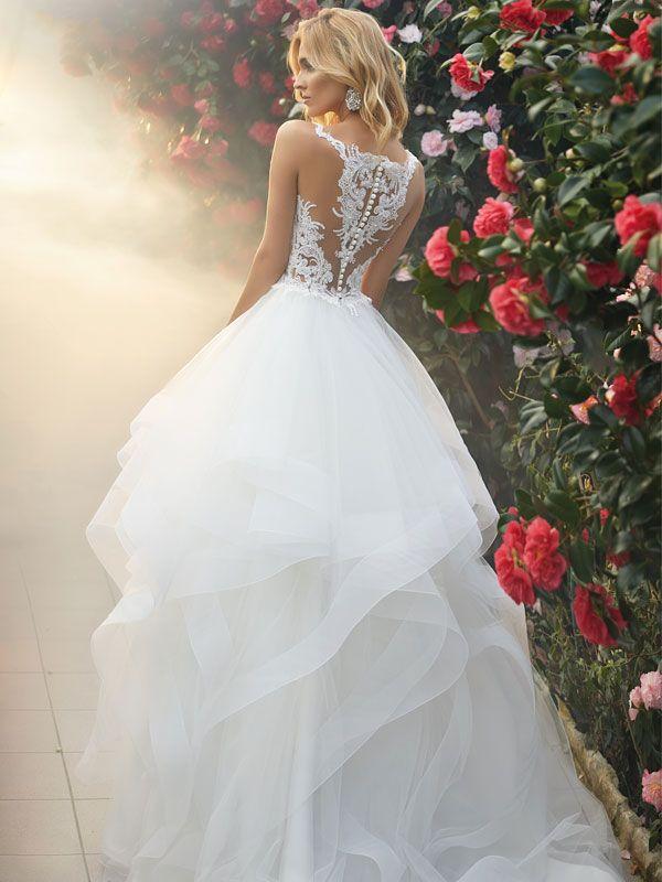 Photo of Brautkleid mit Volantrock, Tattoo-Spitze und raffinierter Rückenansicht.