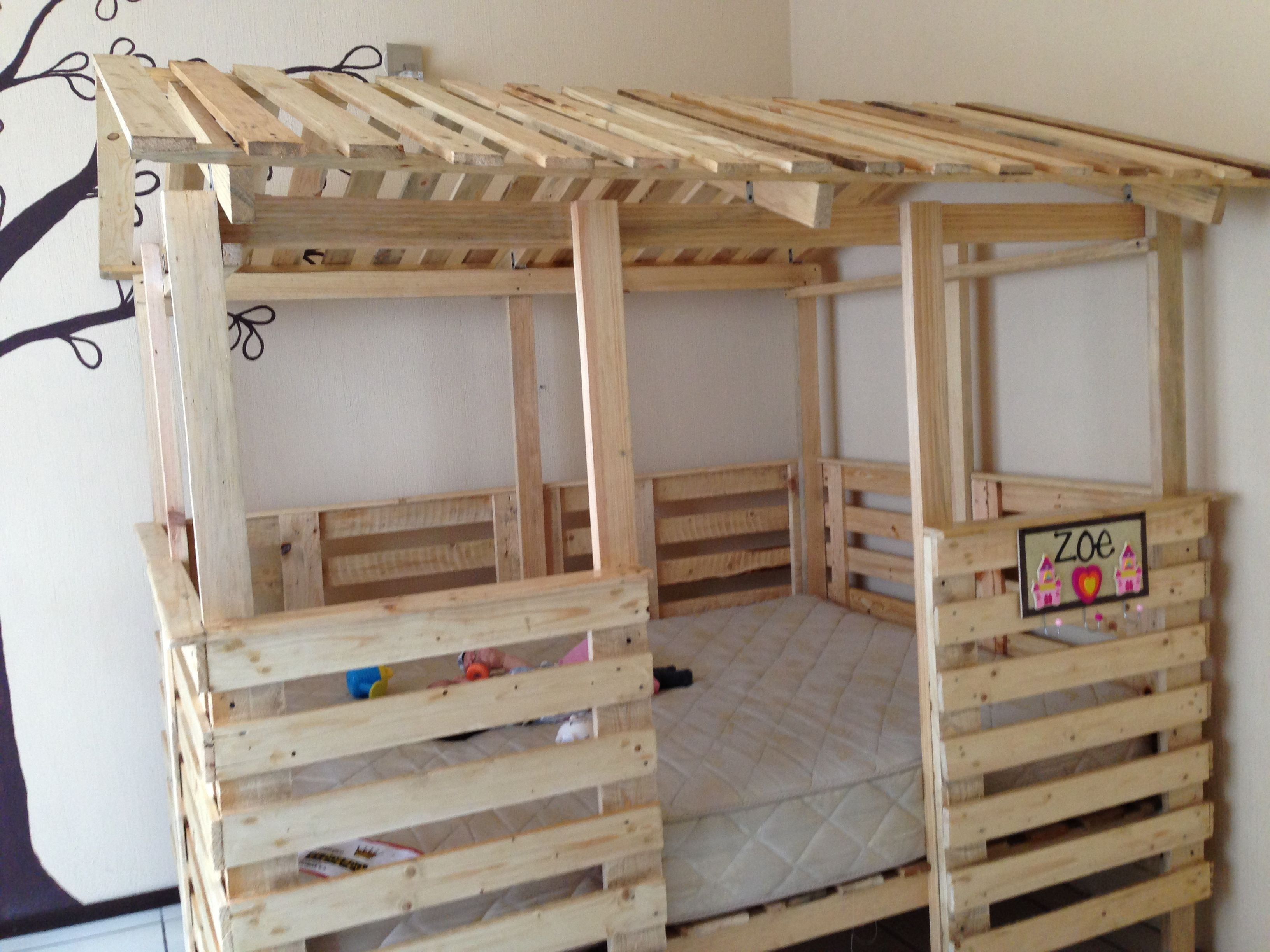 Casa cama hecha de pallets tama o full house bed made out for Diy kids pallet bed