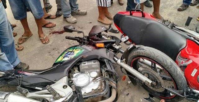 Teixeira de Freitas - Colisão entre duas motos deixa dois gravemente feridos; entre eles um PM