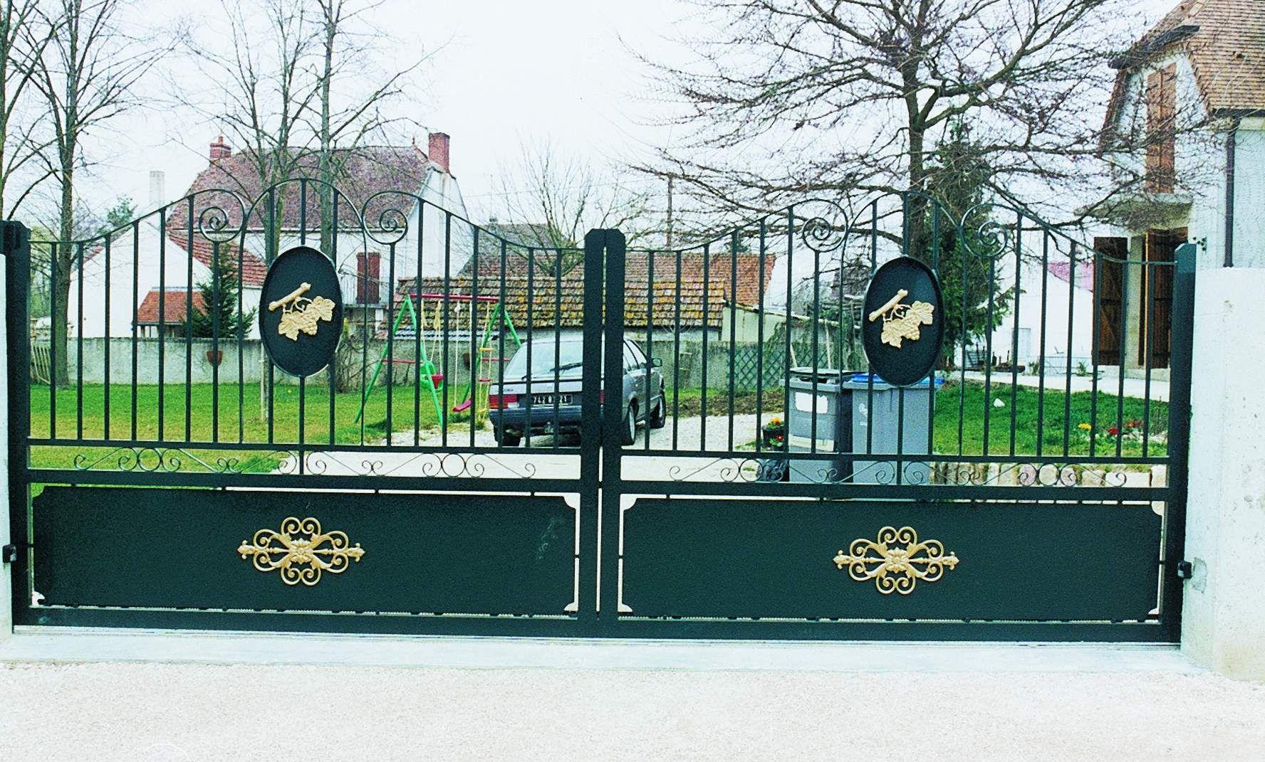 7df6fb7dd26cc Portail alu Gevrey modèle double vantaux forme chapeau de gendarme arrondie  au fronton (décoré par