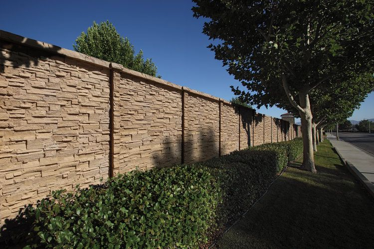 Hilltop Chiselstone Precast Concrete Fence And Concrete Fencing In 2020 Concrete Fence Precast Concrete Concrete