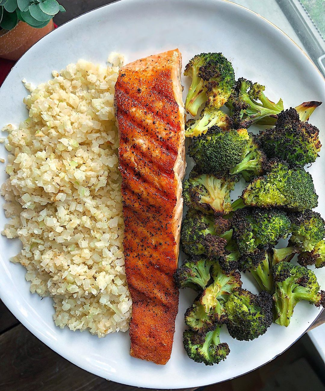 Pey On Instagram Crispy Salmon Broccoli And Buttery Garlic Cauliflower Rice Salmon Is Always My Go To Dinner Of C Healthy Recipes Workout Food Healthy