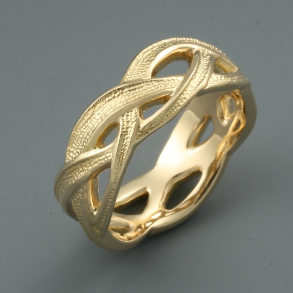 A beautiful custommade gold ring made by Designer Gold Jewelry