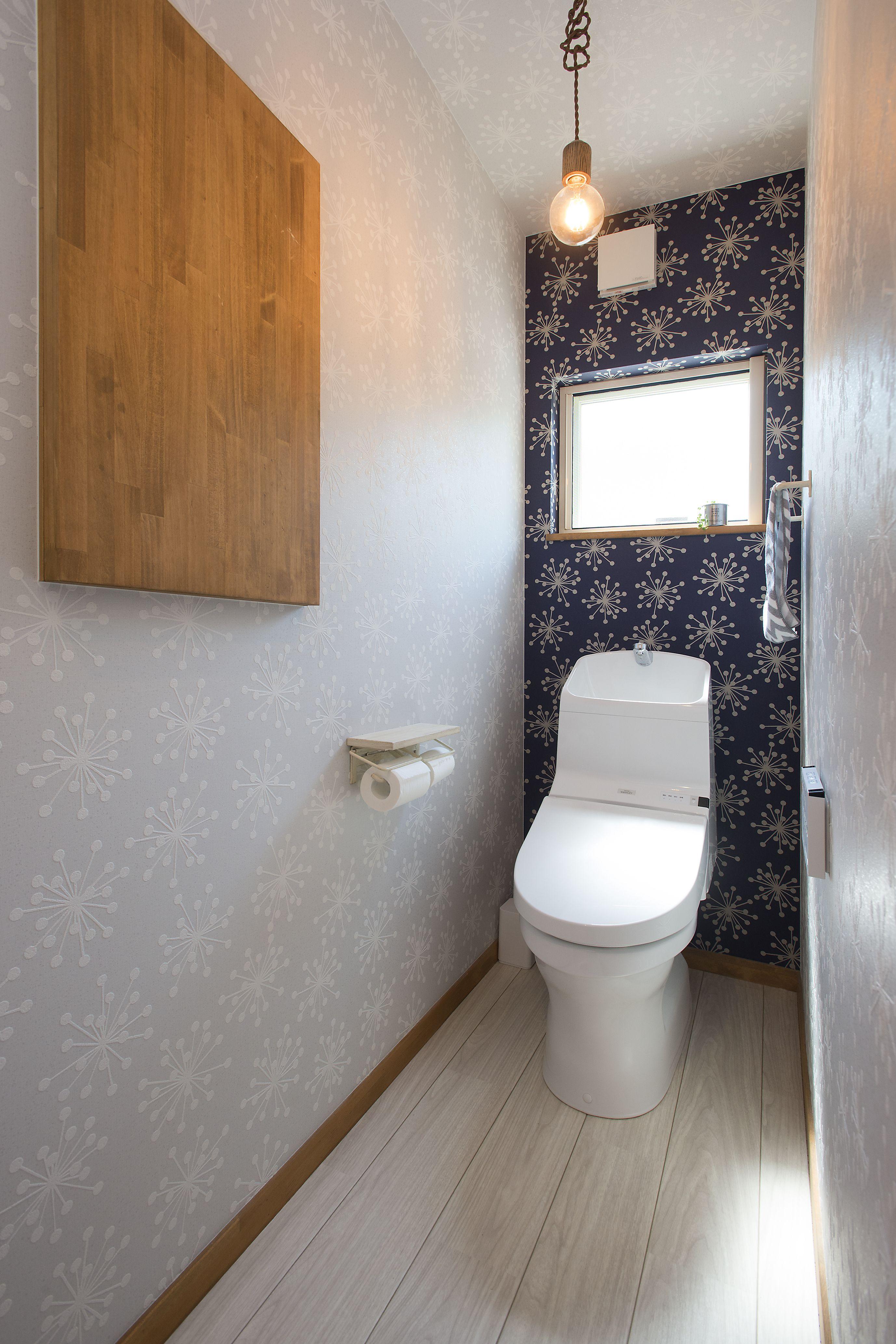 スノー柄のクロスを2色で使い 収納は造作で造り付け 施工事例 Freeqhomes Freeq Loafer 中塚組 トイレ トイレ収納 ニッチ 電球 インダストリアル アクセントクロス クロス ペーパーホルダー タオルリング クッ シンプル トイレ トイレ おしゃれ