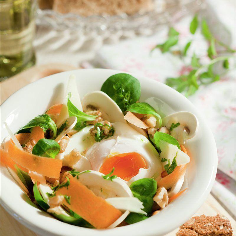 Ensalada vegetal con huevo poché
