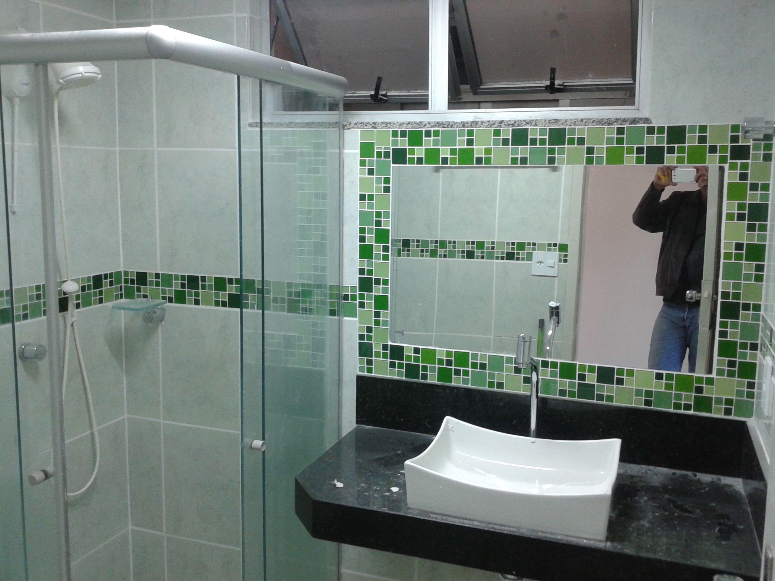 Moldura de espelho com faixa para banheiro em pastilhas de vidro  Renato Kle -> Banheiro Cim Pastilha
