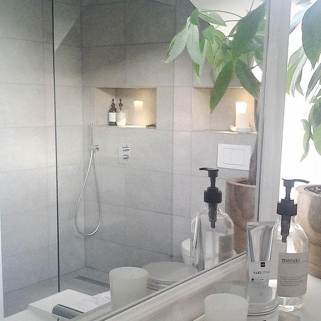 Scandinavische style badkamer met betonlook tegels nisjes en inbouw kraan douchekop en - Badkamer beton wax ...