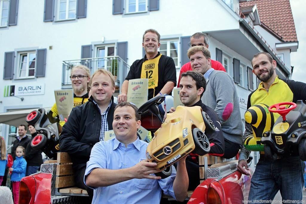 Die Teilnehmer des Firmen-Bobby-Car-Rennens im Rahmen der 13 ...
