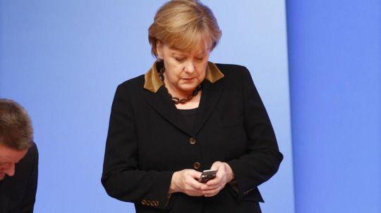 handy Kanzlerin Angela Merkel auf der Computermesse Cebit in Hannover  Nokia NSA