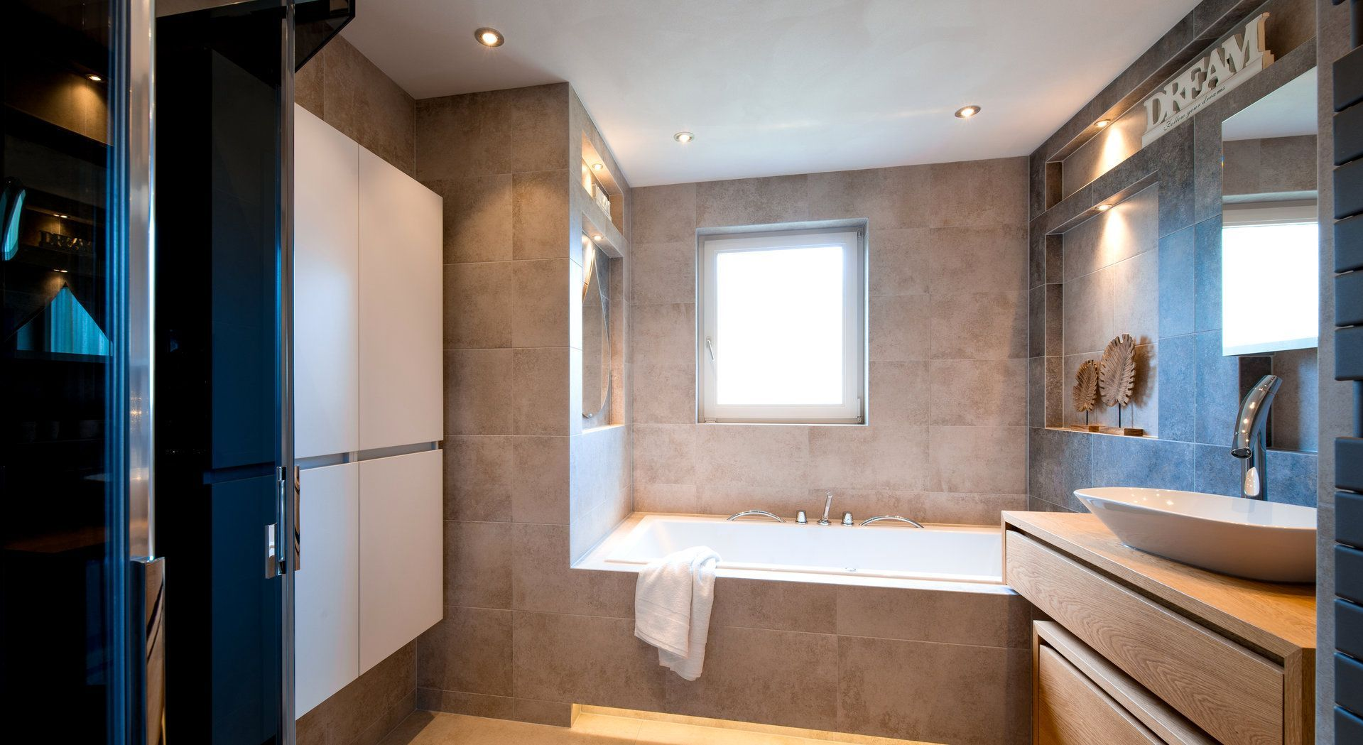 Prachtige badkamer van Middelkoop Culemborg. UItgevoerd met tegels ...