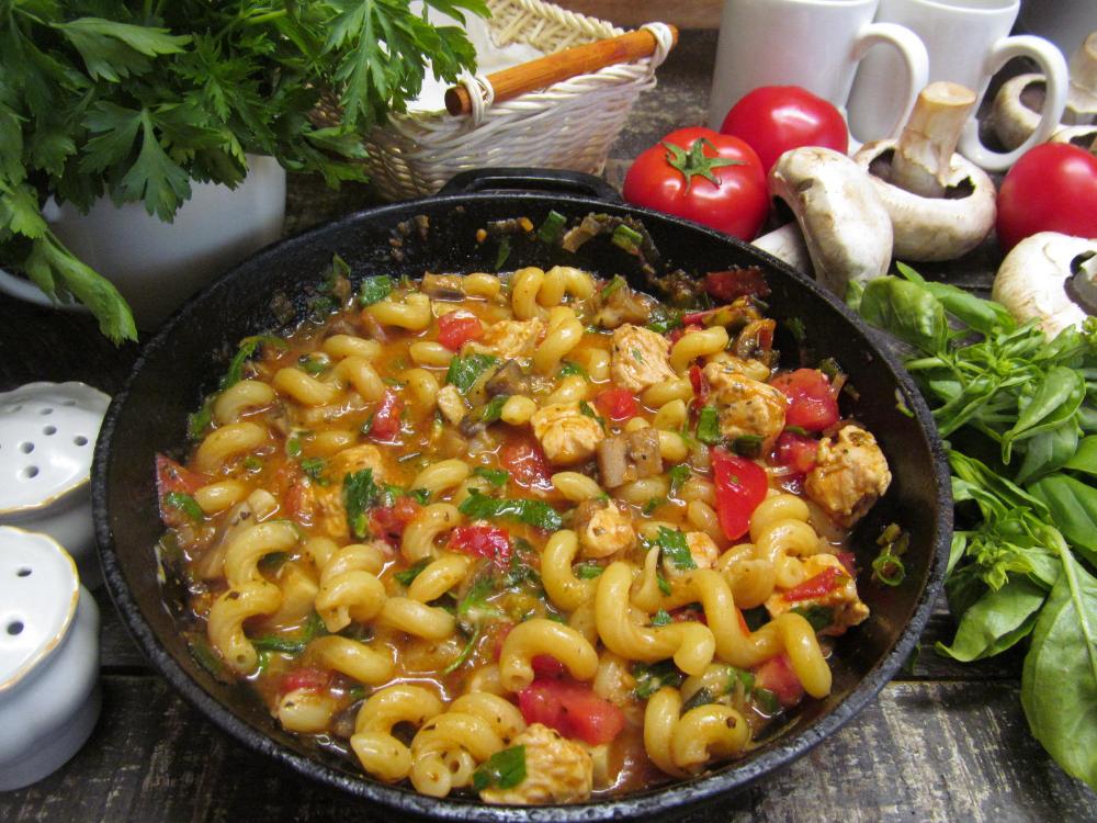 Паста в томатном соусе с грибами и индейкой | Рецепт ...