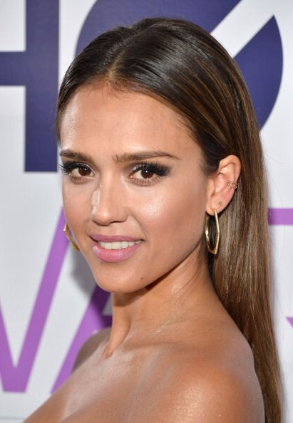 Jessica Alba Looked Ultra Chic At The Peopleschoiceawards Stylist Robert Ramos Created A Middle Part Slick Hairstyles Jessica Alba Hair Slick Straight Hair