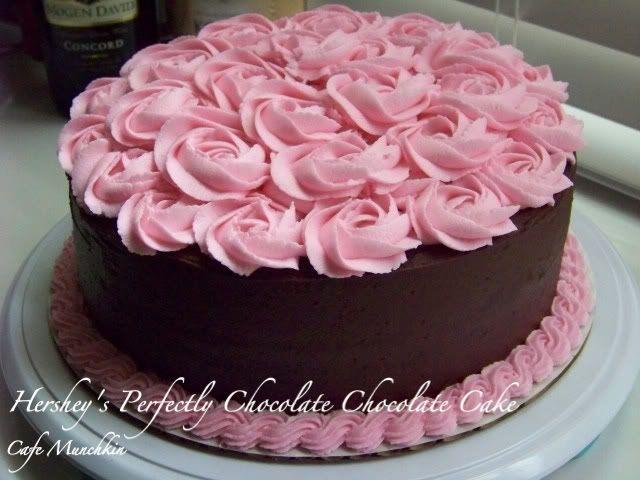 Torta De Chocolate Decorada Con Crema Rosa En Forma De