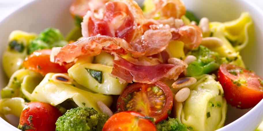 Salade Van Verse Tortellini Met Broccoli En Pancetta In 2020 Kerstomaatjes Tortellini Saladebar