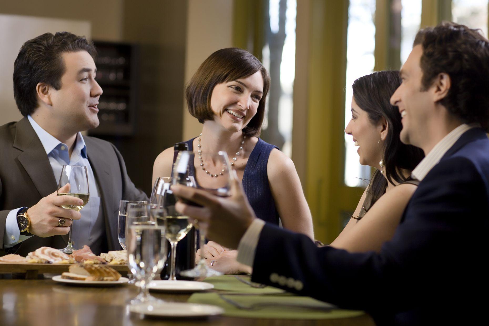 Siempre es bueno compartir con amigos del trabajo una de vez en cuando. Invítalos a cenar y será un momento muy agradable.