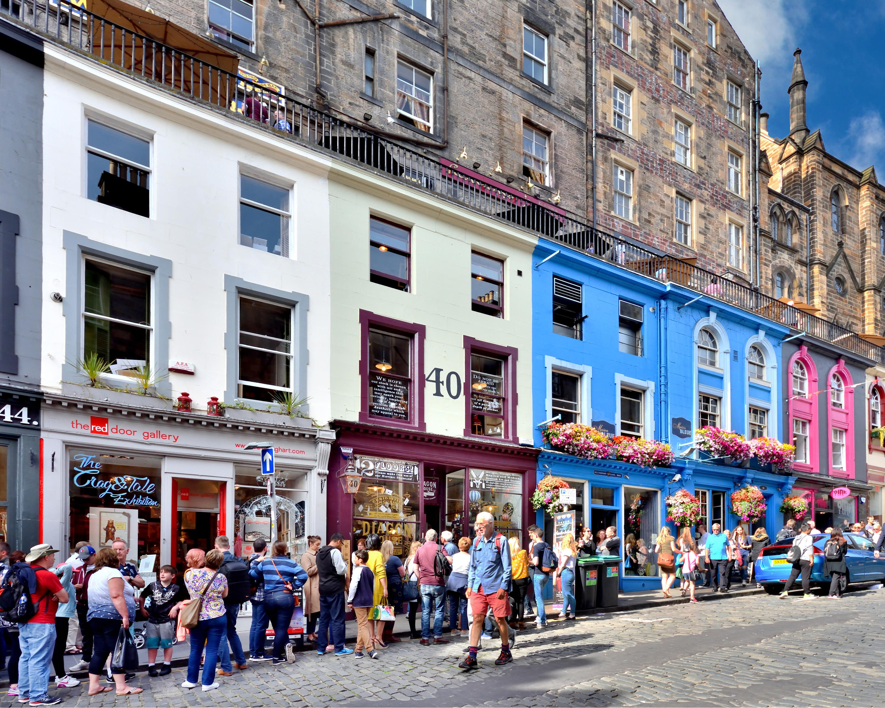 A New Harry Potter Shop In Edinburgh Has People Queuing Down The Street A New Store Dedicated To The World Of Harry Potter Has Opene Harry Potter Shop Edinburgh Harry Potter