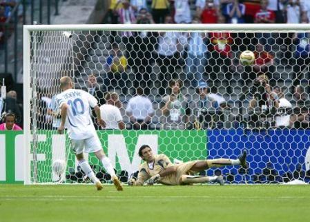 Zinedine Zidane Cheeky Pk Off The Crossbar In The World Cup Final World Football 2006 World Cup Final World Cup Final