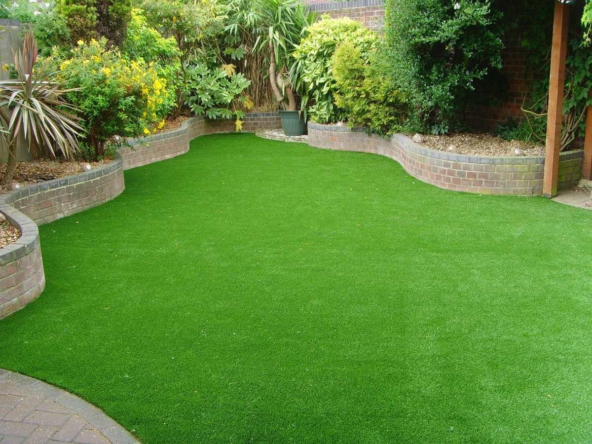 Ideal Para Uso Residencial Un Jardin Siempre Verde Con Bajos Costos De Mantenimiento Y Ahorrando Agua Jardines Jardin Con Cesped Artificial Cesped Artificial