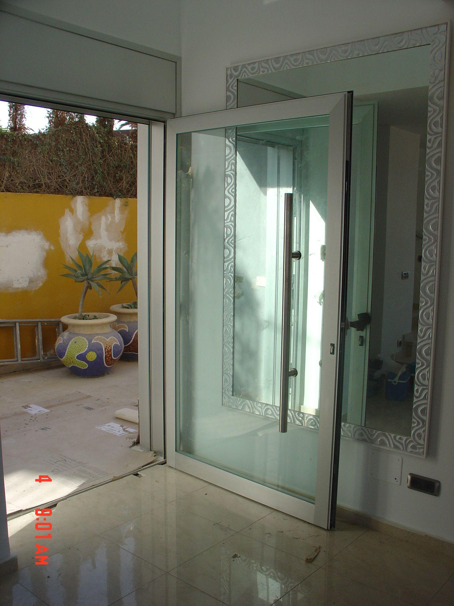 Puerta en aluminio y cristal con tirador en acero - Puertas de aluminio con cristal ...