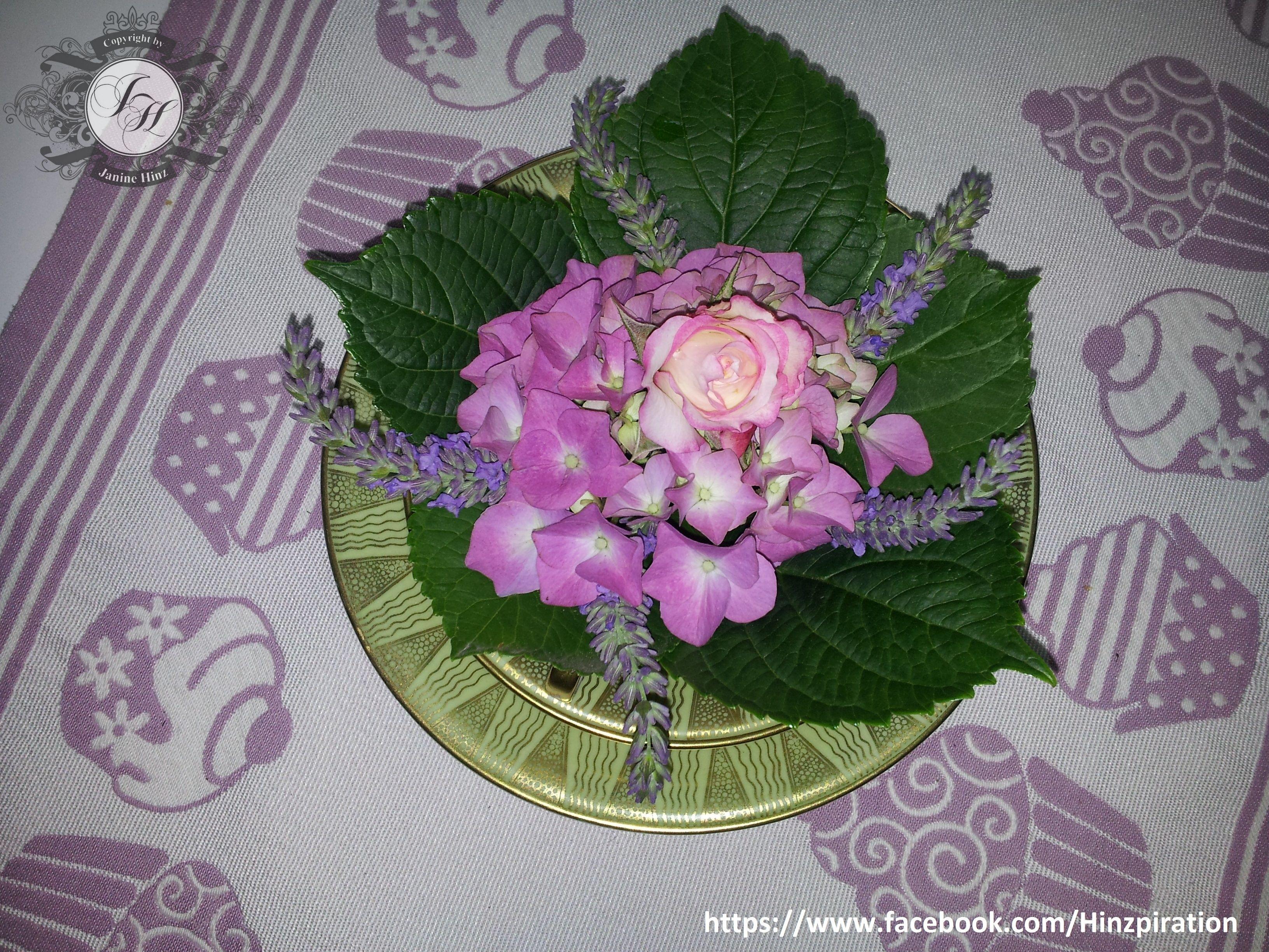 Photo of Hortensie mit Lavendel und Rose in einer Tasse arrangiert.