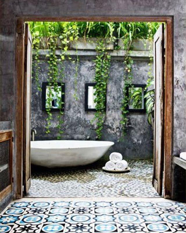 Uma sala de banho ao ar livre mas mantendo a privacidade...  Um espaço para o relaxamento confortável do corpo e da mente. Projeto de Valentina Audrito.  Via Corriere Della Sera. #recebercomcharme #olioliteam #olioli_lifestyle #olioli #saladebanho