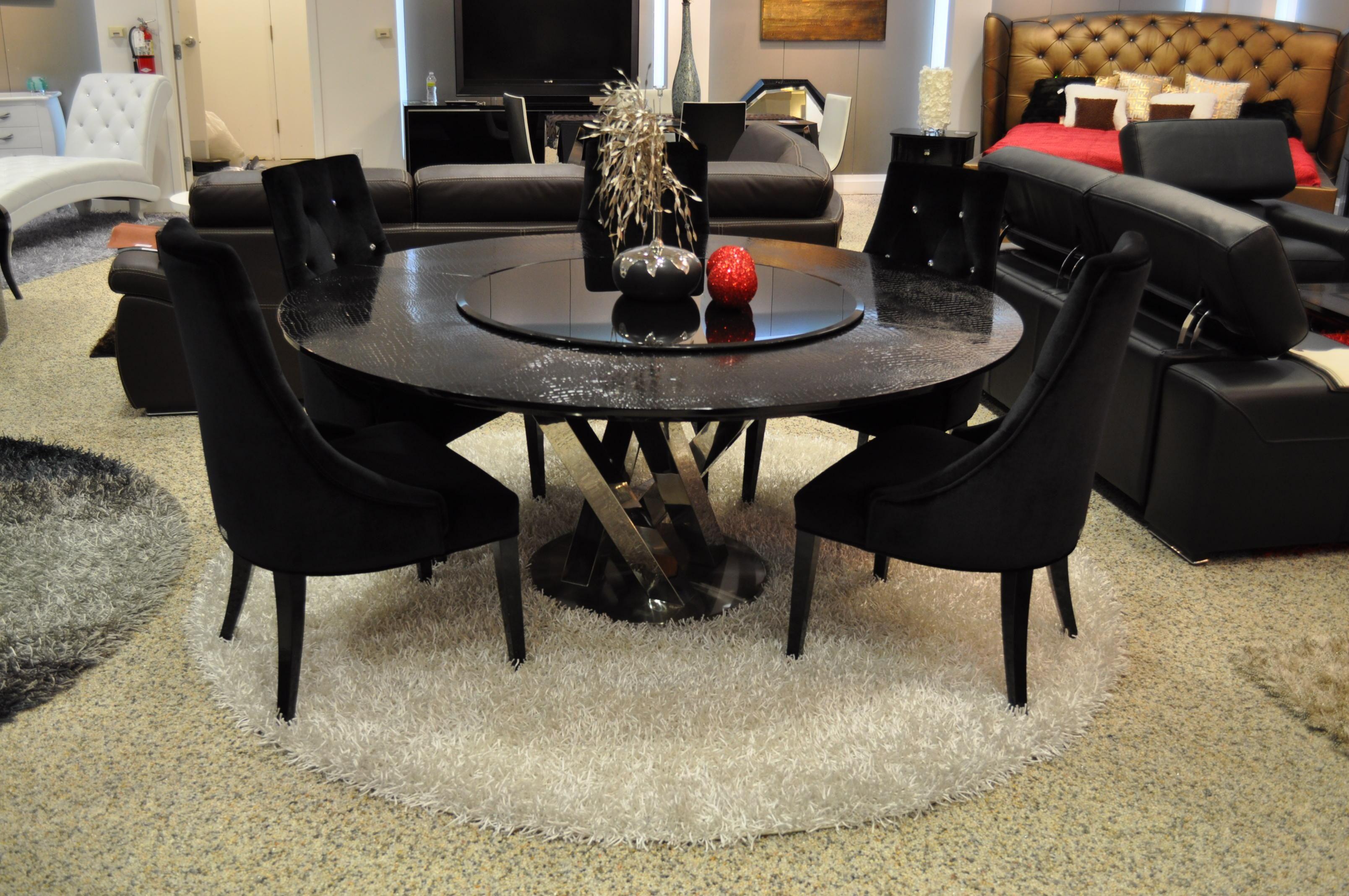Elegante mesa redonda con centro giratorio textura animal print