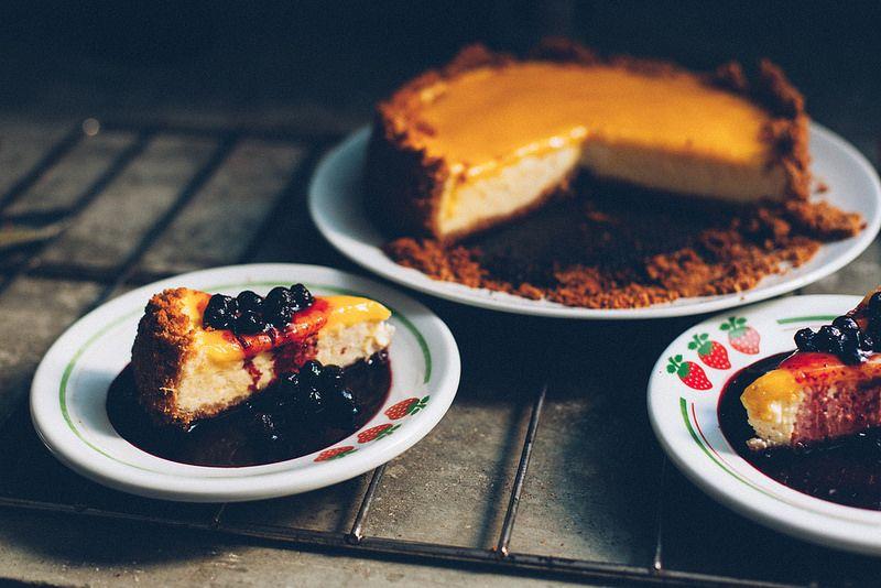 Cheesecake de Limão Siciliano com Calda de Blueberry
