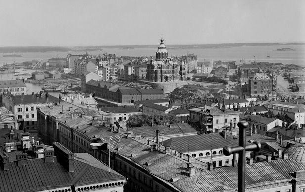 Panoraama Nikolainkirkon (nykyisen Tuomiokirkon) tornista itäkaakkoon, Brander Signe HKM 1909 Helsingin kaupunginmuseo. Uspenskin katedraali eli Jumalansynnyttäjän kuolonuneen nukkumisen katedraali oli aikanaan Länsi-Euroopan suurin ortodoksinen kirkko. Se rakennettiin vuosina 1862-1868. Arkkitehtina oli tunnettu venäläinen kirkkoarkkitehti Aleksei M. Gornostajev. Arkkitehti sai valita katedraalin paikan, ja hän halusi sen meren läheisyyteen korkealle kalliolle.