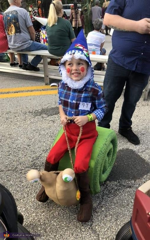 Gnome riding Snail - Halloween Costume Contest at Costume-Works.com #gnomecostume