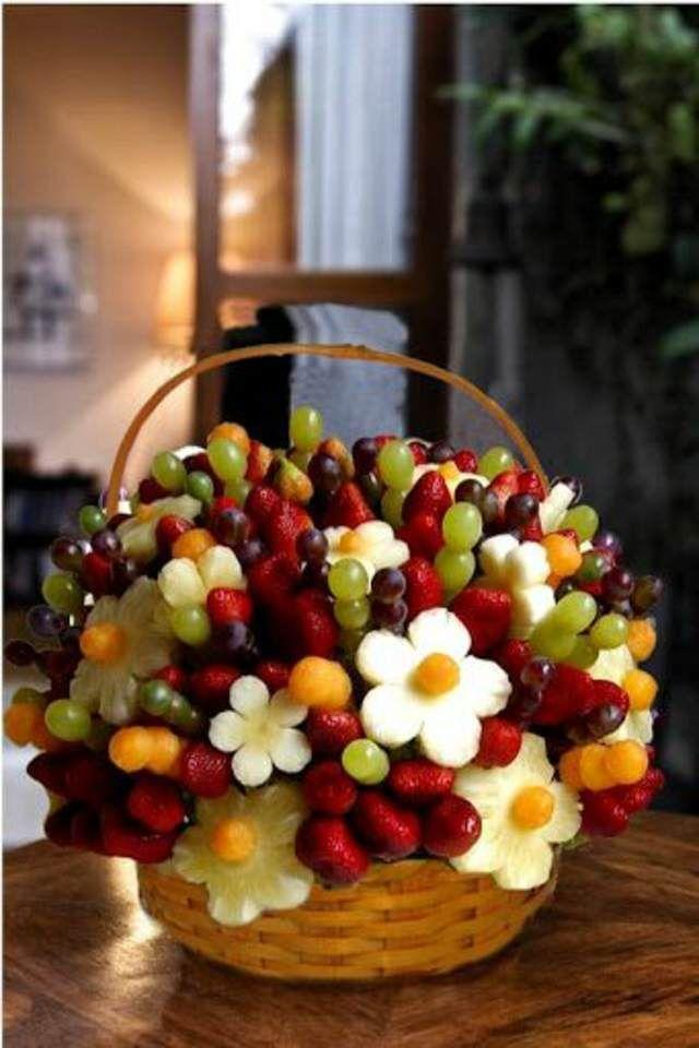 unos arreglos frutales forma de flores