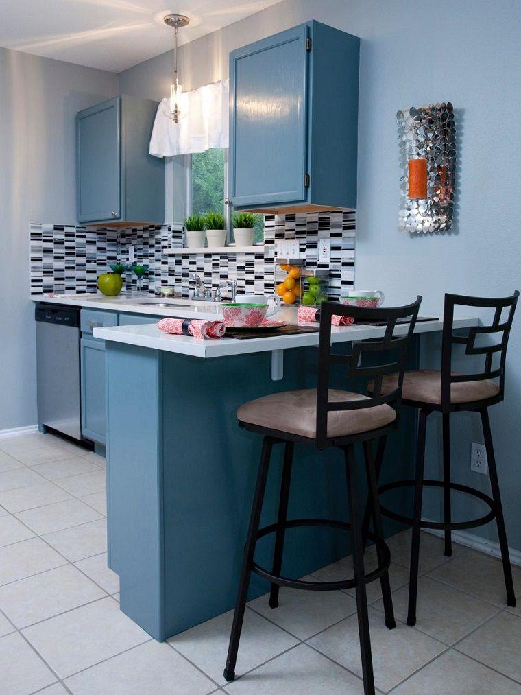 Pared y armarios azules en la cocina peque a moderna for Cocinas originales pequenas