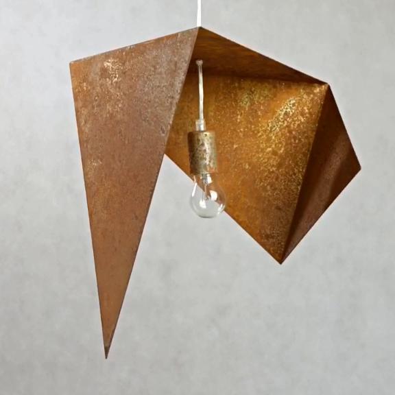 RUSTY ist der Inbegriff des Industrial Designs. Diese Hängelampe besteht aus rohem Stahl mit echtem Rost. Sie ist ein echter Hingucker über jedem Esstisch. Das Licht wird in der Innenseite der Hängeleuchte reflektiert und erzeugt so eine gemütliche und wohnliche Atmosphäre im Esszimmer. Hänge die Pendelleuchte allein oder in einer Gruppe von Lampen über den Esstisch.  #lampe #industrie #design #industrial #rust #loft #esszimmerlampe