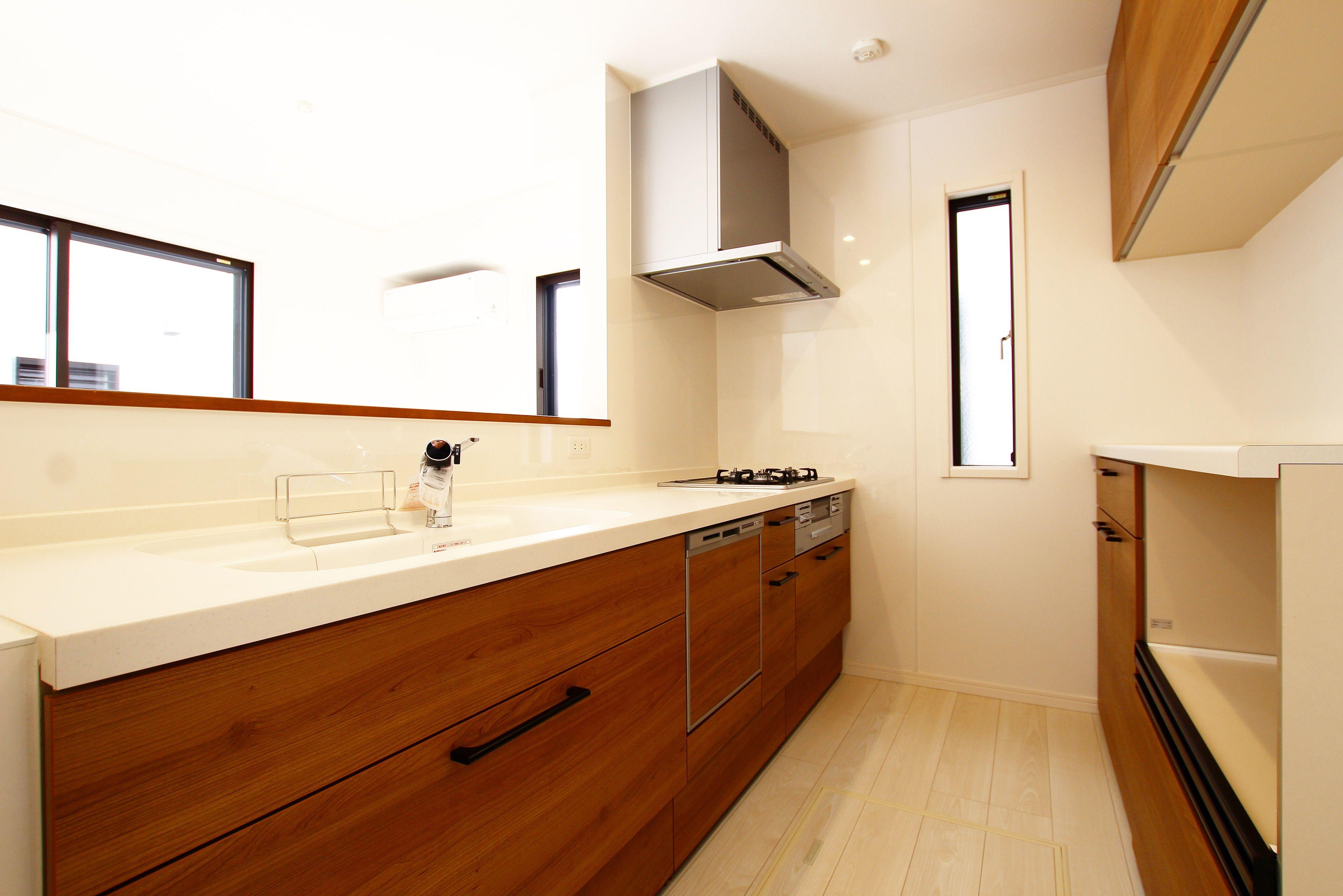 木目の独特な温もりが心を和ませてくれる素敵なキッチンを演出 柔らかいナチュラルな雰囲気の空間はママのお気に入りの場所になりそうです Naturalkitchen Kitchen キッチン 木目調のキッチン お洒落なキッチン 流行りのキッチン 温もりの リノベーション