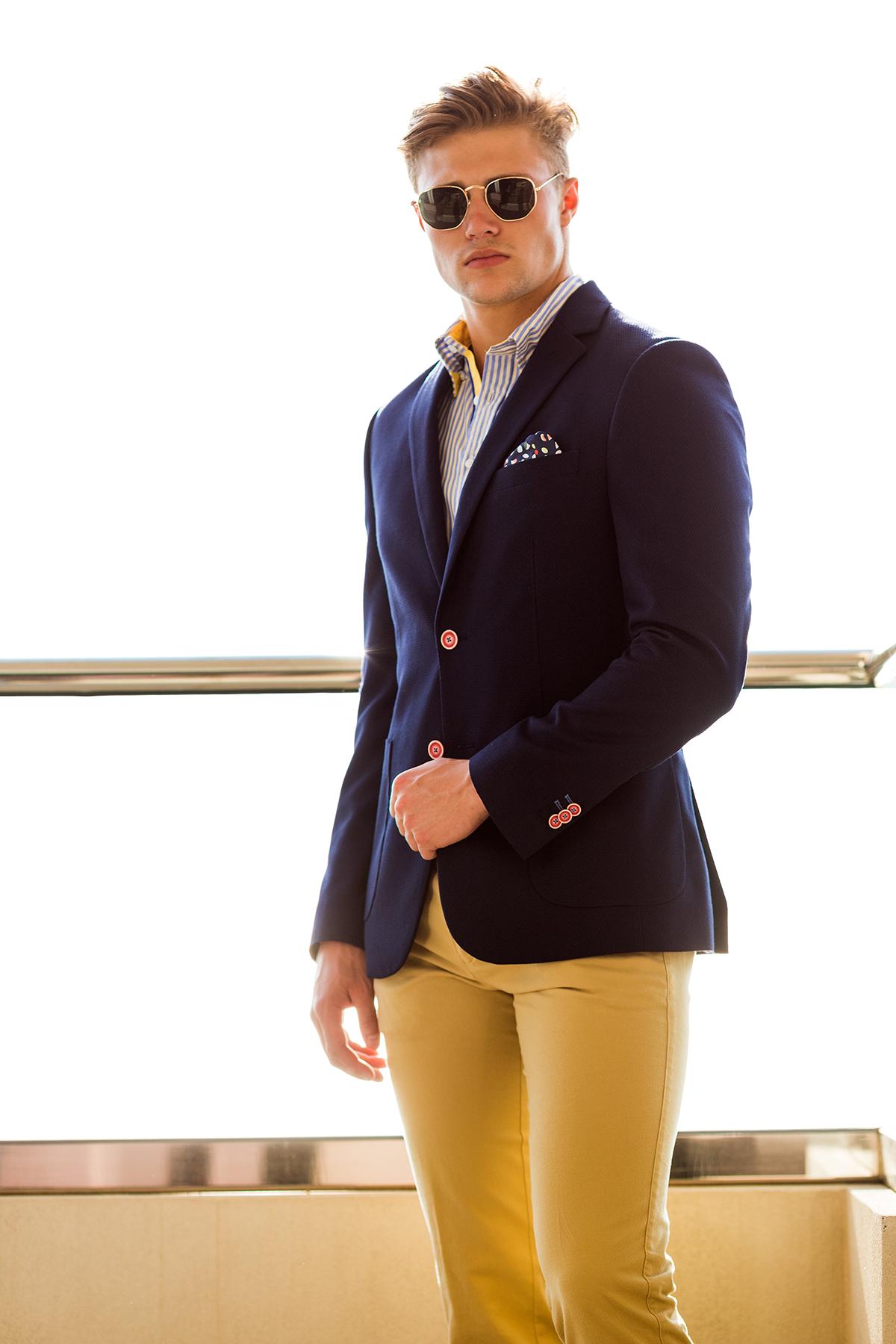 82f9c98c70e9 THIS OR THAT  Εσύ με τι θα φορούσες το μπλε unconstracted σακάκι σου  Με  ένα ριγέ hidden button-down πουκάμισο ή με ένα polo μπλουζάκι