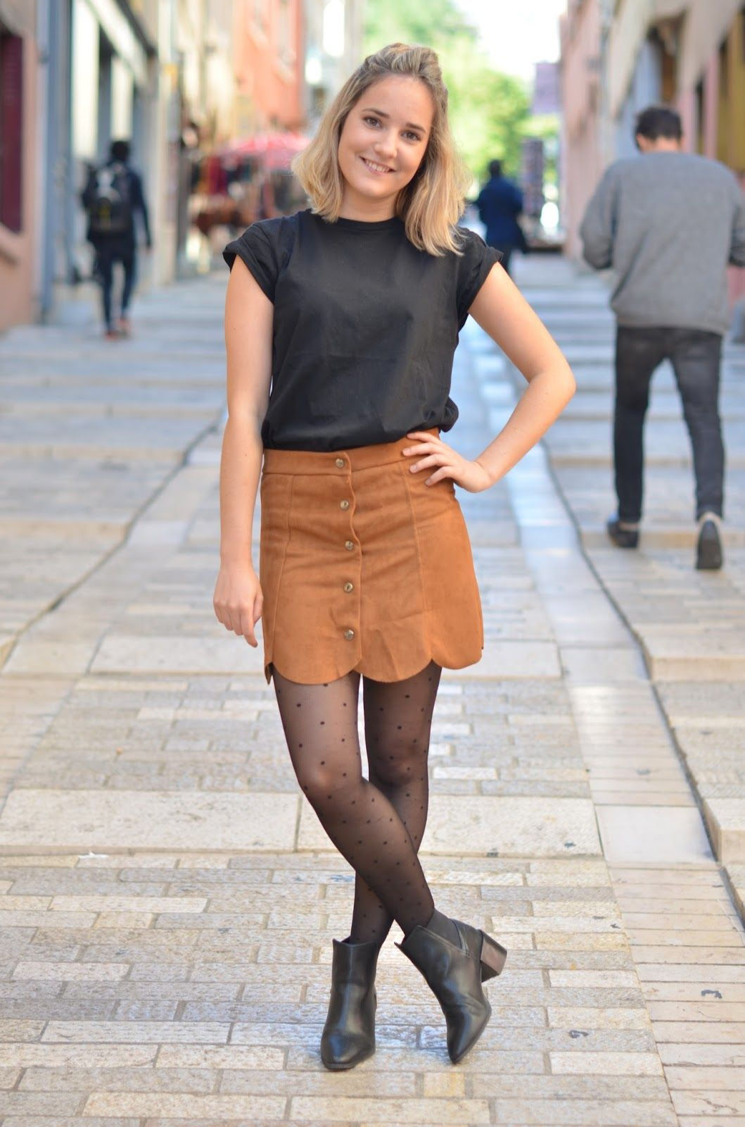 6a8297bad588 Jumelle Ln - Blogueuses Lyonnaises Alice et Clara - Blog Mode Lyon  La Jupe  Suédine