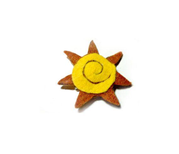 Spilla sole in feltro spilla gialla e arancione di Buttonstyle, €7.00