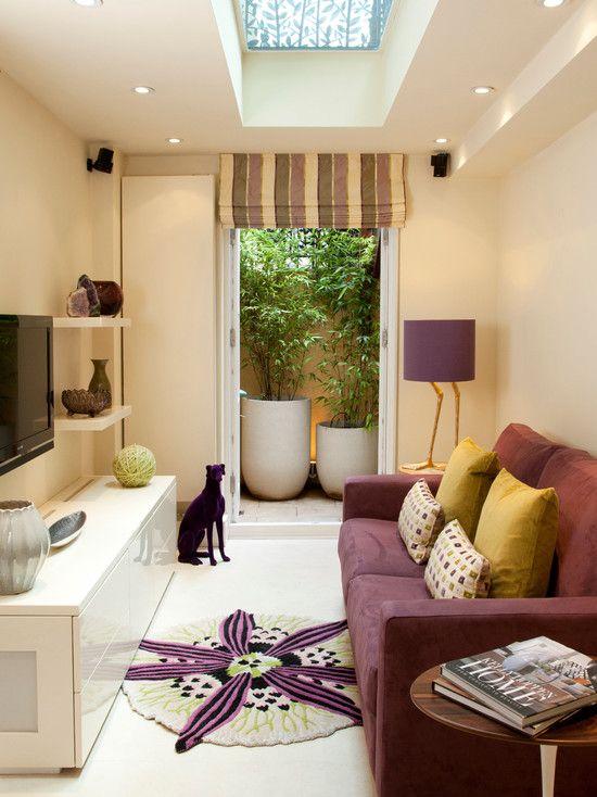 Pequena sala de estar / TV com clarabóia e jardim interno ...