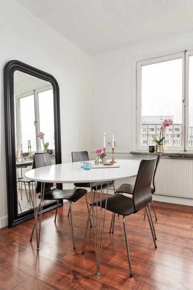 Ce grand miroir est parfait pour agrandir cette petite salle à