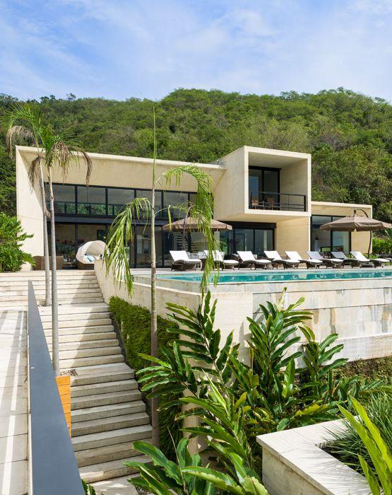 La terraza, enchapada en piedra sinú, está dividida en varios ...