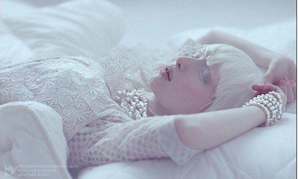 白雪精靈 Nastya Zhidkova清新脫俗的白子模特兒 - LaVie 設計美學家 | Albino model, Albinism, White lips