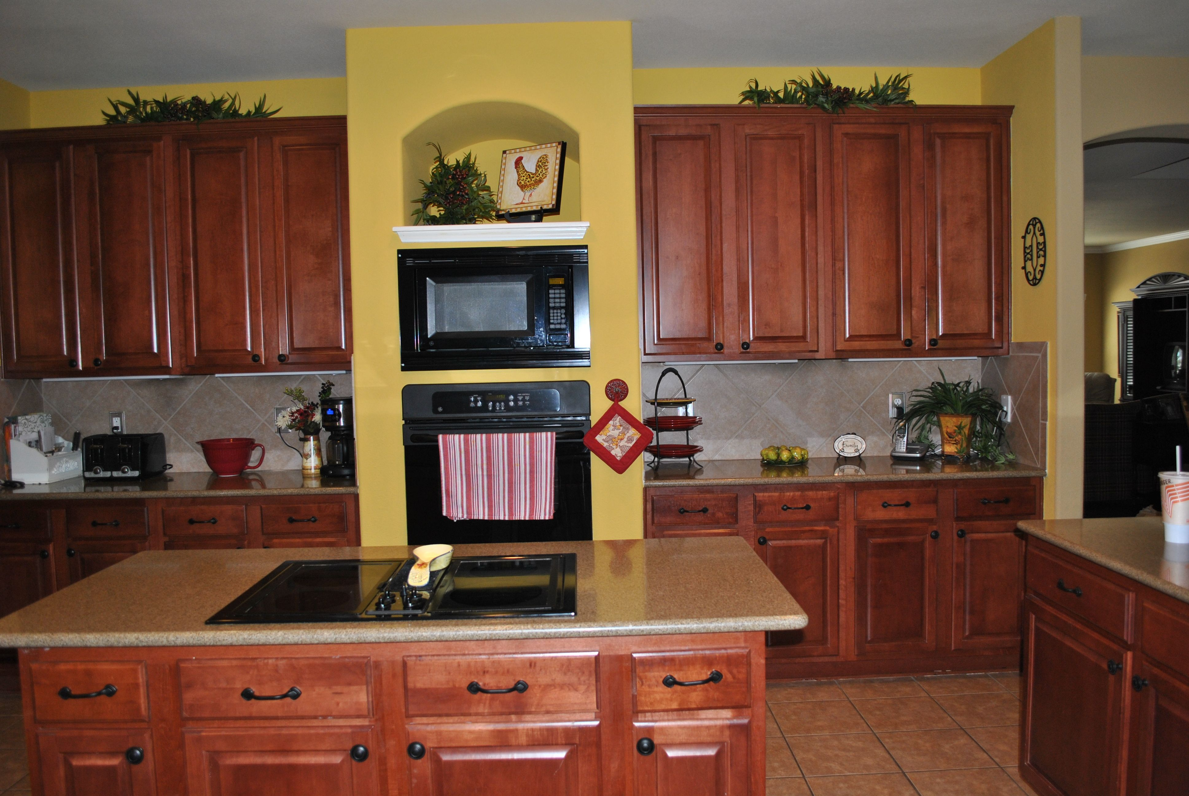 Ordinaire Yellow Kitchen Walls With Dark Cabinets. I Donu0027t Really Like The Black  Appliances