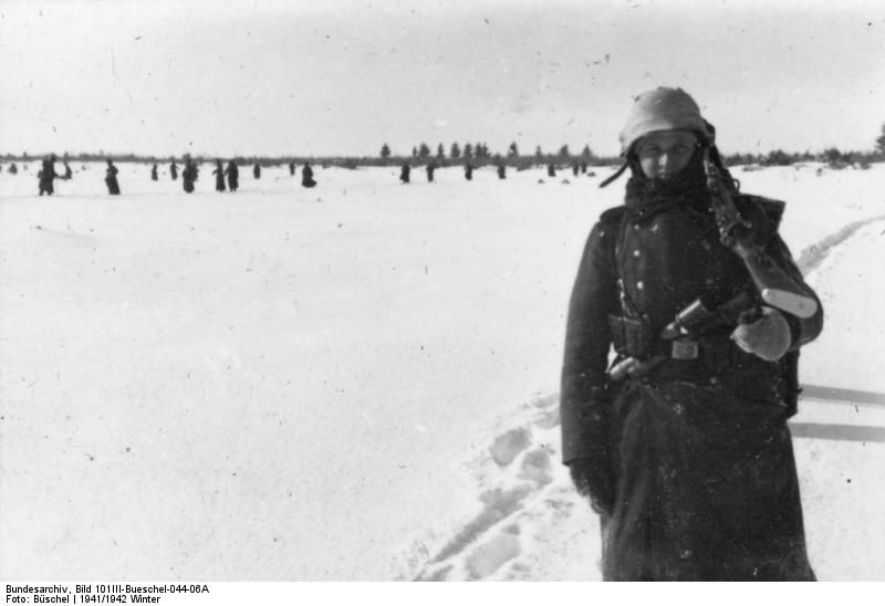 Bundesarchiv_Bild_101III-Bueschel-044-06A,_Russland,_SS-Mann_im_Infanterieeinsatz.jpg (800×548)