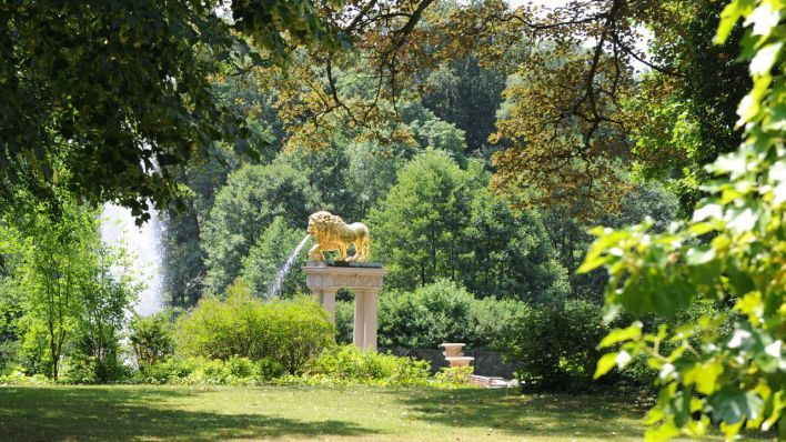 Ein Brunnen des Schlosses Glienicke mit goldenen Löwenfiguren (Quelle: dpa)