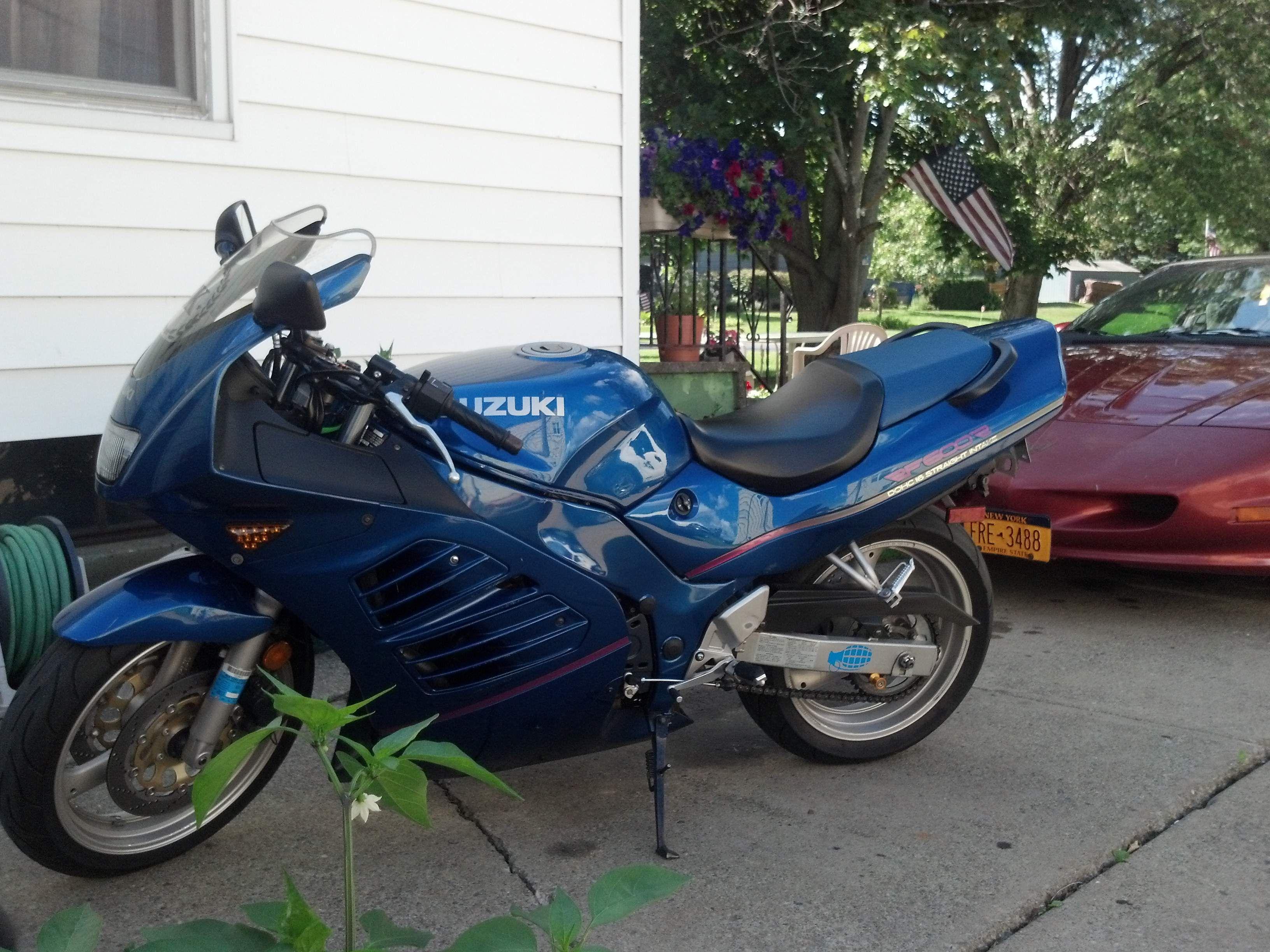 94 Suzuki Rf600r Mine Was Resprayed With A Colour Change Paint Sky Blue Pink Suzuki Bike Blue Sky