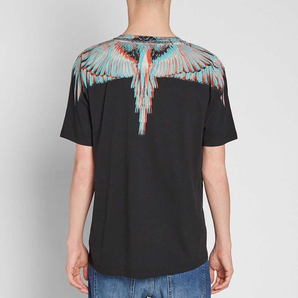Inspired by his native Patagonia and the urban club scene of Milan, creative mastermind Marcelo Burlon adds another one of his instantly recognisable motifs around the neckline of this cotton tee. Introduced into SS17 as the Salvador print, the bird's wingspans have grown to become a signature of the label, defining the edgy-yet-masculine style.   100% Cotton Bird Wingspan Neckline Made in Portugal