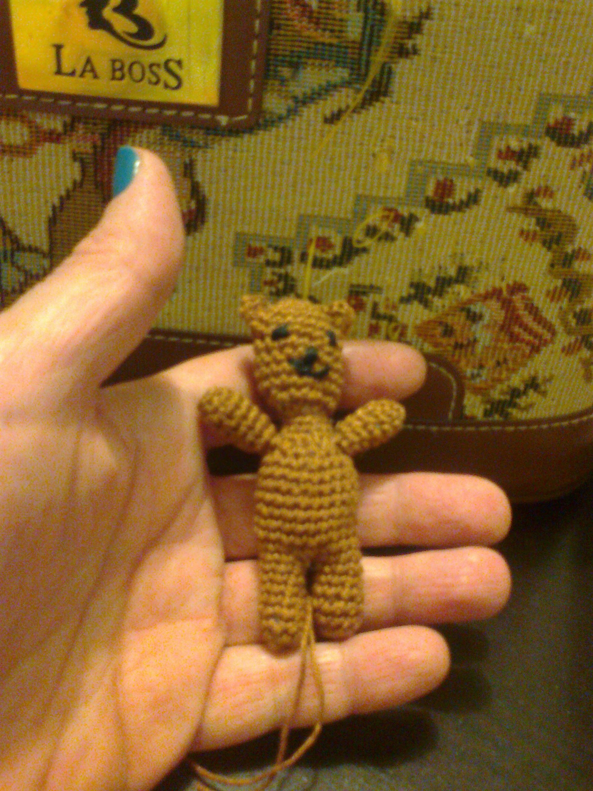 O mini ursinho para a Gorjuss - O padrão deste urso foi criado pelos Salpicos das Bruxas no momento em que estava a ser feito e não tomei nota dos pontos e voltas.