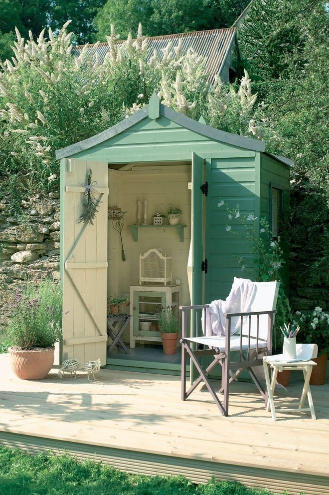 Une Cabane De Jardin Transformee Par Une Peinture Verte Cabane Jardin Cabanon De Jardin Jardins