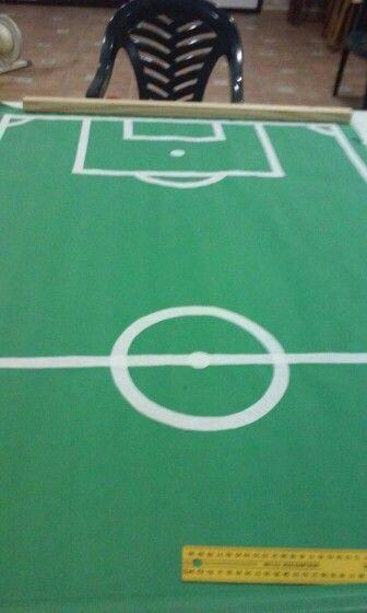 Campo de futbol. Sobre craft verde corte y pegue tiras de craft blanco, se quedo genial