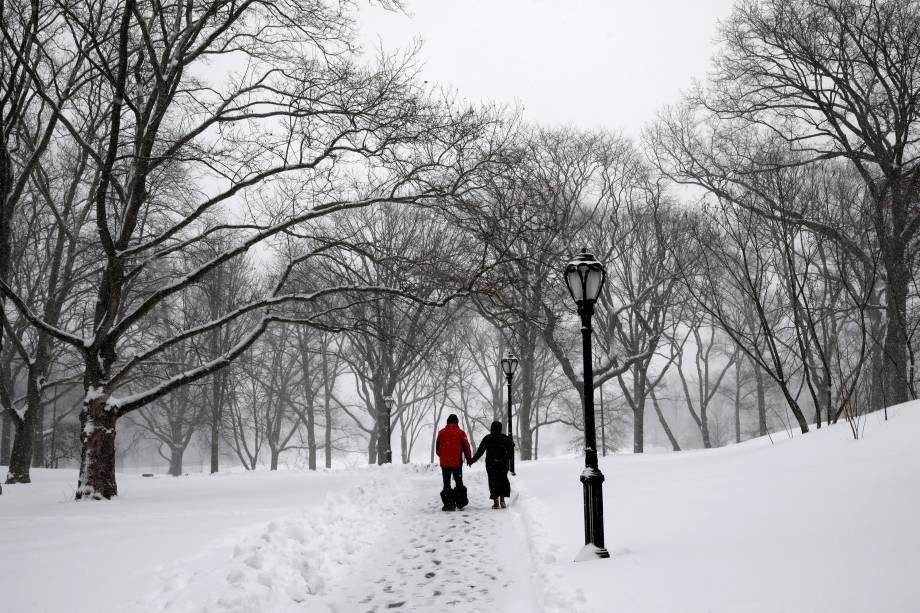 Um casal caminha no Central Park durante nevasca-09/02/2017